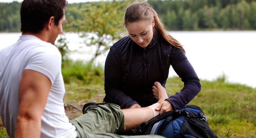 Die Erste-Hilfe-Ausrüstung für den Camping-Urlaub